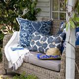 Relaxed garden seating / Garden decorating ideas / Wicker furniture ...