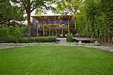 Cette maison élégante a été construite au fond d'un jardin comme ...