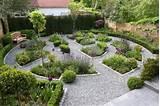 Gravier décoratif et galets pour enjoliver votre jardin en 30 idées
