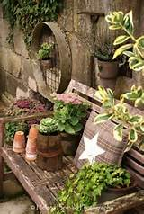 Um banco de jardim servindo como centro da composição e apoio para ...