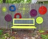 holzzaun dekorieren mit recycelten materialien blumen in neonfarben
