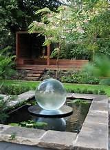 le jardin zen opte pour une fontaine ronde et transparente moderne et