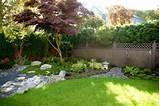 Jardin japonais réussi: gravier, rochers, mousse, érable du Japon et ...