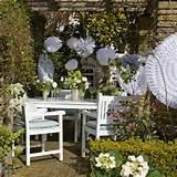 fantastische gartendeko mit Origamiblumen für Gartenparty in weiß