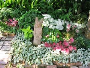 schattenliebende pflanzen kleiner garten idee engelstatue