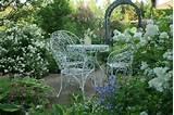 garten sitzecke möbel weiß schmiedeeisen stauden gartenlaube