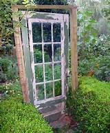 Holztür im Garten als interessante Gestaltungsidee