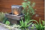 Wasserspiele-Garten-Betonblock-LED-Beleuchtung-Holzzaun-Farnen-Bilder