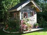 super cooles kleines Häuschen mit vielen Pflanzen als Dekoration