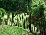 La porte de jardin et portail nous accueillent avant propriétaire