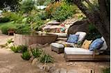 Dos camastros y una tina para pasar un lugar de relax en calor. Se ...