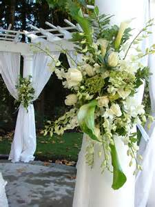 Description White and green floral spray wedding decor.jpg