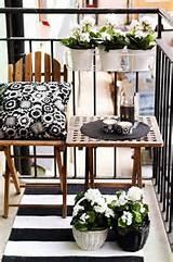 einrichtungsidee kleines balkon in schwarz und wei mit holzm beln