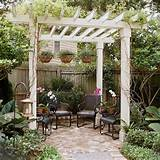Gestalten Sie einen Garteneingang mit Hilfe einer Pergola. Die graue ...